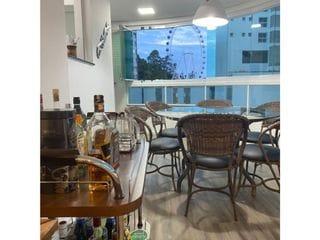 Foto do Apartamento-Características do Apartamento:  - 03 Suítes - Sala de estar - Sala de jantar - Cozinha - Banheiro Social - Área de serviço - Sacada integrada com Churrasqueira