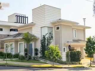 Foto do Casa-- 314 m² de terreno; - 248 m² de construção; - Arquitetura neoclássica; - Rico em armários planejados; - Revestimento em porcelanato na cozinha e banheiros; - A