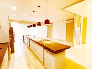 Foto do Casa-Lago Sul! 3 suítes, completa em armários, climatizada. Parte alta do condomínio. Terreno 460 metros quadrados e construção de 256 metros quadrados. Piscina.