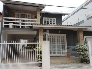 Foto do Casa-Linda casa, muito bem cuidada,  localizada no centro de Balneário Camboriú, pertinho de mercados , padarias, e todo tipo de comercio , rua tranquilo com ótima v