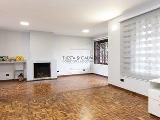 Foto do Casa-Excelente casa comercial ou residencial, com 6 dormitórios sendo 2 suítes, 4 vagas de garagem, no bairro Água Verde, em Curitiba, Paraná.