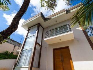 Foto do Casa-Lindíssima casa alto padrão com arquitetura americana e área privativa extensa e completa, disponível para locação ou venda. Com decoração sutil e conforto emin