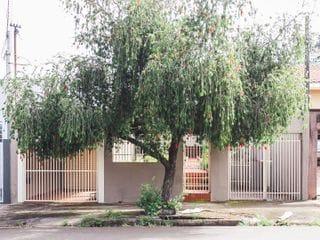 Foto do Casa-Casa para venda no bairro Bancários, 4 quartos, 2 vagas de garagem, Londrina, PR