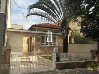 Foto do Casa-Casa Térrea á venda de 3 dormitórios com 4 vagas de garagem em uma rua tranquila