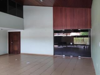 Foto do Comercial-Maravilhosa casa comercial, próximo ao Bosque. Projeto do Jurandyr Bueno. 4 suítes, ampla sala. Lazer com piscina, churrasqueira e sauna.
