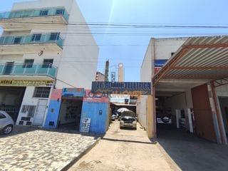 Foto do Terreno-Ponto comercial na Avenida Brumado, ao lado de vários estabelecimantos comerciais.